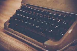 Vintage Schreibmaschine auf einem Holztisch