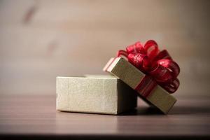 kleine Geschenkbox auf hölzernem Hintergrund
