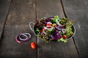 frischer Gemüsesalat mit rustikalem altem hölzernem Hintergrund
