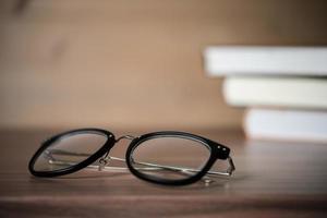 Gläser auf einem Holztisch mit Büchern