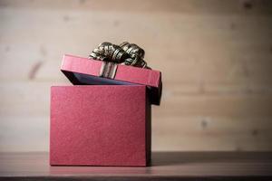 Geschenkbox auf hölzernem Hintergrund