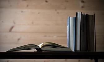 Stapel Bücher auf Holztisch