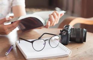 Frau, die Buch in einem Café liest foto