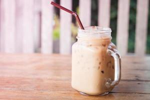 Eiskaffee auf einem Tisch draußen foto
