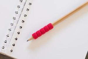 Nahaufnahme eines Bleistifts auf einem Notizbuch