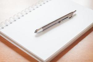 grauer Stift auf einem Notizbuch foto