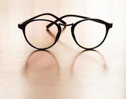 Brille auf einem Holztisch
