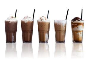Eiskaffee auf weißem Grund