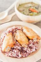 Hühnerflügel und Reis mit Suppe foto