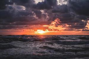 Meer während der goldenen Stunde