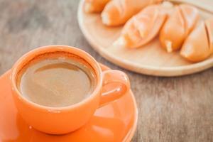 heißer Kaffee und Hühnchenwürste