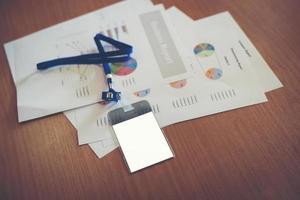 Geschäftsdokumente mit leerer Mitarbeiterkarte auf dem Arbeitsbereich foto
