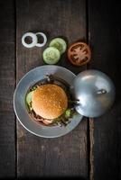 Draufsicht rustikaler hausgemachter Hamburger foto