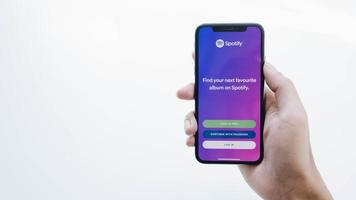 Chiang Mai, Thailand 2020-illustratives Editorial der Person, die ein brandneues Apple iPhone XS mit Spotify-Logo auf dem Bildschirm hält