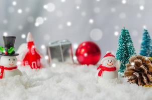 Weihnachtsbäume und Dekorationen