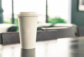 Kaffeetasse mit Platz auf einem Tisch