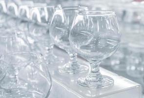 leere Weingläser in einer Reihe