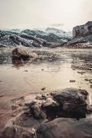 gefrorenes Wasser und Eisstücke in einem gefrorenen See foto