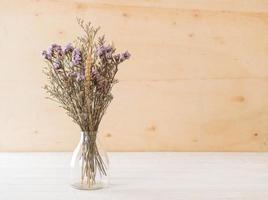 Statice und Caspia Blumen auf hölzernem Hintergrund