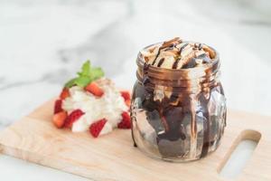 Schokoladen-Brownies mit Vanilleeis