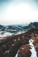 vertikaler Panoramablick auf eine Bergkette im Winter foto