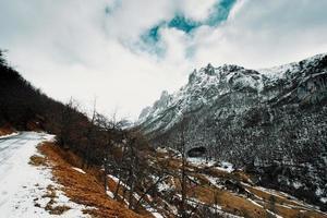 Blick auf die schneebedeckten Berge von der Straße n
