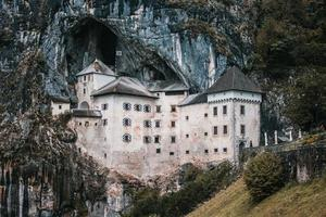 das predjama schloss in slowenien
