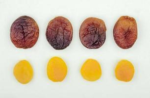 Draufsicht auf getrocknete Aprikosen und Datteln foto