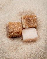 Nahaufnahme von Zuckerwürfeln auf Zucker foto