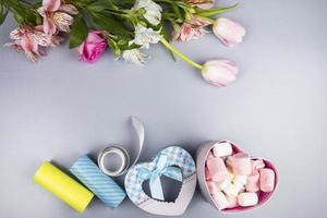 Draufsicht auf Blumen und Valentinstaggeschenke