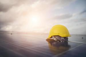 gelber Schutzhelm auf Solarpanel foto