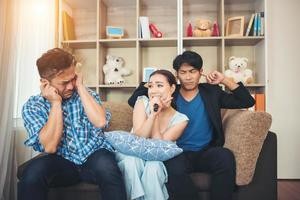 Gruppe von Freunden, die zusammen ein Lied in ihrem Wohnzimmer singen