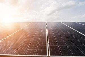 Solarzelle im hellen Sonnenhintergrund
