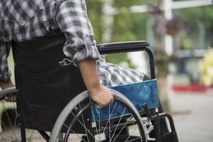 Nahaufnahme einer Person im Rollstuhl foto