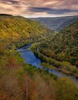 Flusstal in den Bergen