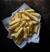 leckere Pommes Frites auf Holztisch Hintergrund