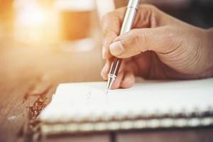 Frau, die in Notizbuch schreibt