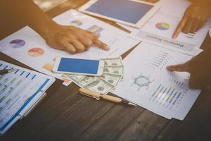 Eine Gruppe von Geschäftsleuten analysiert Diagramme bei Besprechungen