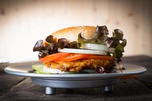 rustikaler hausgemachter Hamburger foto