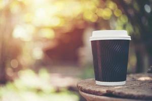Pappbecher Kaffee auf natürlichem Morgenhintergrund