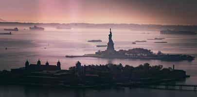 Silhouette der Freiheitsstatue bei Sonnenuntergang foto