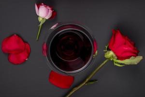 Draufsicht auf Wein mit Blumen