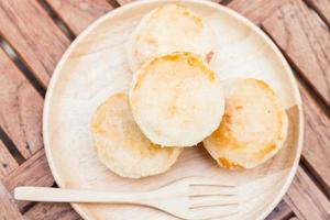 Draufsicht von Mini-Käsekuchen auf einem Teller