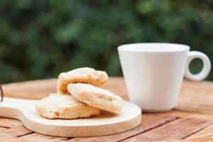 Cashewkekse mit einer Kaffeetasse draußen