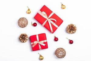 flache Lage von Weihnachtsgeschenken und Dekorationen