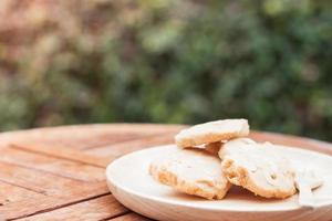 Kekse auf Holzteller auf einem Tisch im Freien