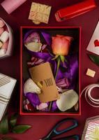 Draufsicht auf ein Valentinstaggeschenk