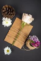 Draufsicht einer Blume auf Kraftpapier