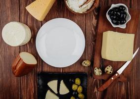 Draufsicht auf eine leere weiße Platte mit Vorspeisen