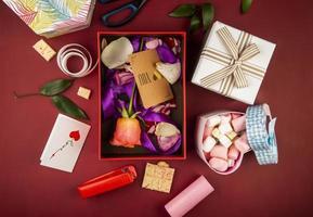 Draufsicht auf Valentinstaggeschenke